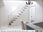 階段。白い壁に光が反射して明るい室内