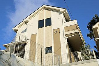 「フォレストタウン潮見台」 太陽光パネル搭載 成建施工のエコ住宅です 地下車庫付きです バス停徒歩2分の便利な立地です