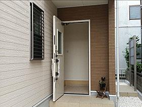 玄関ドアは北欧系デザインのホワイトを採用