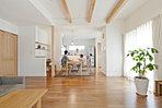 自然素材の無垢床を使用し温かみと、デザイン性の高い住空間にしています