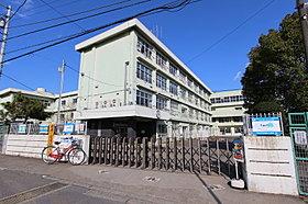 道路を挟んですぐ前が清水小学校の校門(徒歩1分)