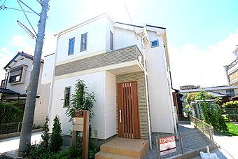 外壁にサイディング利用で、長く住んでも汚れにくい特徴があります。「ずっと住み続ける家」を実現した邸宅です