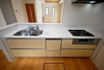 人気の対面式キッチンです。お料理をしながらご家族との会話も楽しめますね。食洗機・浄水器付です。