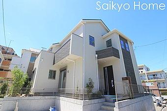 外壁にサイディング利用で、長く住んでも汚れにくい特徴があります。「ずっと住み続ける家」を実現した邸宅です。