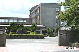 曽左小学校 930m