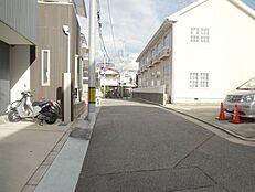 近隣の方の生活道路のため、交通量も少なめです。