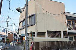 古風な鉄骨造2階建て。1階には飲食店あり。