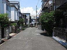 物件の東側前面道路(南側から)