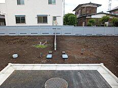 隣地との境にブロック塀とフェンスがあります