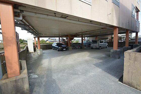 アパート-いなべ市大安町石榑南 建物ピロティ部分は駐車場スペースと有効活用
