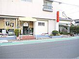 近鉄名古屋線「近鉄蟹江」駅から北に伸びる道路に面しています。店舗南側に駐車場もございます。