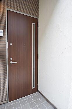 アパート-新宿区若葉1丁目 防犯性の高い二重ロックの玄関ドア。