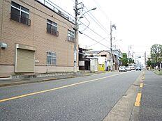 前面道路含む現地外観:平成28年10月13日撮影