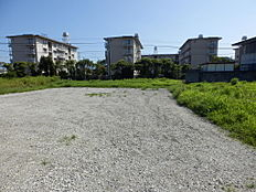 日当たりの良い広い土地です。進入路は実質幅4,3mで専用通路2mが確保されており建築基準法上問題なく家は建てられます。土入れと砕石が入る予定です。
