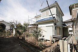 現在は古家がございますが、陽当たり良好の広い敷地が自慢です