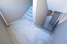 昇り降りが楽な踊り場タイプ階段。