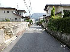 物件の西側前面道路(北側から)