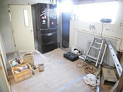 現在リフォーム中。DK写真です。キッチンは永大製のシステムキッチンに新品交換します。天井と壁のクロスは張替え、床はフローリングを重ね張りにします。勝手口は塞ぎ、冷蔵庫を置けるスペースを作ります。