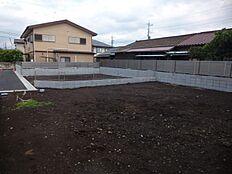 隣地との境にブロックとフェンスがあります