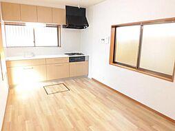 リフォーム済み。キッチンです。天井、壁のクロスを張り替え、床はクッションフロアーに張り替えました。トクラス製の2550mmのシステムキッチンに新品交換しました。人工大理石の天板は長く美しさを保てます。
