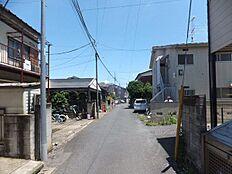 車通りは少なく安全な地域です。