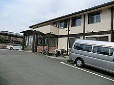 病院 約587m