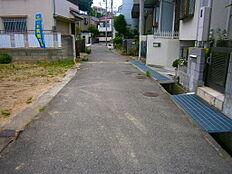 前面道路は約4mの幅員です。道路との高低差はないので建築コストも抑えれます。