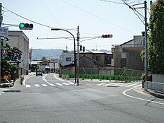 県道・市道に面する角地です