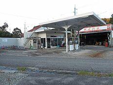 向かいのガソリンスタンドです。
