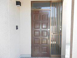 リフォーム済み。こちらは玄関です。扉はクリーニングで綺麗に仕上げ、屋外照明を交換しました。キッチンに設置されているモニターでカラーの映像が確認できるインターホン「どこでもドアホン」を設置しました。