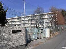 町田市立鶴川第二中学校(895m)