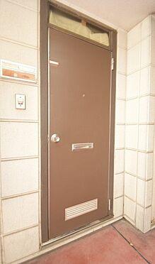 アパート-大田区中馬込1丁目 落ち着いた色合いの玄関ドア。