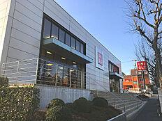 ユニクロ町田鶴川店まで676m