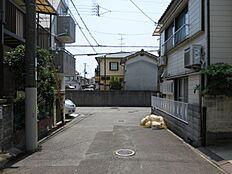 物件の東側前面道路(北側から)