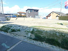 バス停徒歩2分。JR朝霧駅までバス乗車10分です。