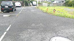 前面道路は車の通りが少なく静かな環境です