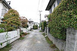 閑静な住宅地の前面道路です。車の通りも少ないのでお子様がいても安心ですね。