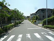 西側の隣接地は川西市所有となり角地のようなロケーションです。