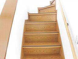 リフォーム済み。階段です。天井、壁のクロスを張り替え、床はオイルステインで塗装を行いました。ノンスリップは新品交換済みです。