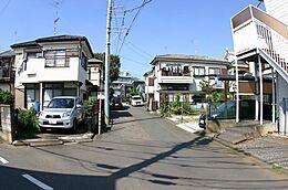 前面道路 車の通り抜けは出来ず、車通りは少ないです。