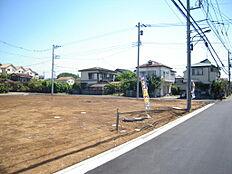 緑豊かで落ち着いた閑静な住宅街です。建築条件はないのでお好きなハウスメーカーで建てられます。