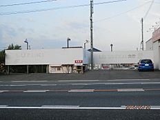 国道2号線と裏の公道に挟まれた売物件ですガレージ付き住まいや店舗併用住宅などにもおすすめの土地です。
