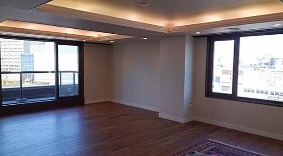 マンション(建物一部)-新宿区市谷左内町 角部屋であること、高台最上階であること、ワイドスパンで開口部が広いことから明るいお部屋となっております。