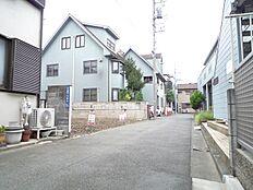 前面道路含む現地外観:平成28年8月29日撮影