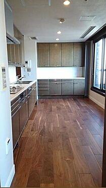 マンション(建物一部)-新宿区市谷左内町 10.7帖ものキッチンの窓からルーフバルコニーへ出られます。明るく開放感のあるキッチンです。