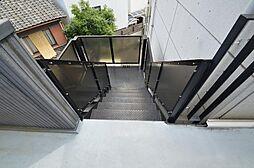 シックで落ち着いた印象の共用階段