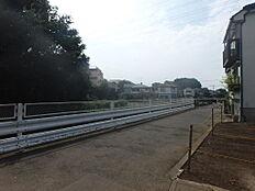 南側は河川通路となっておりますので、車の往来もなく、開放感がございます。