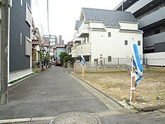 前面道路含む現地外観:平成28年10月28日撮影