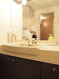 洗面化粧台。リノベならではのタイルや照明にこだわった造作洗面台のご提案も可能です。H29.6月