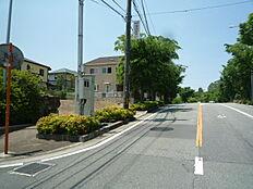 北側道路は幅14.9mと広く間口も約18.8mございます。